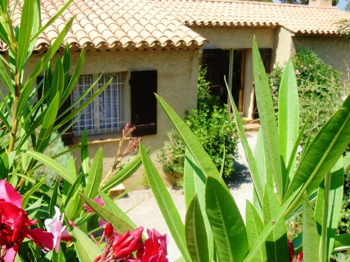 House with 2 bedrooms in Sainte-Maxime, with wonderful mountain view, shared pool, enclosed garden - 800 m from the beach