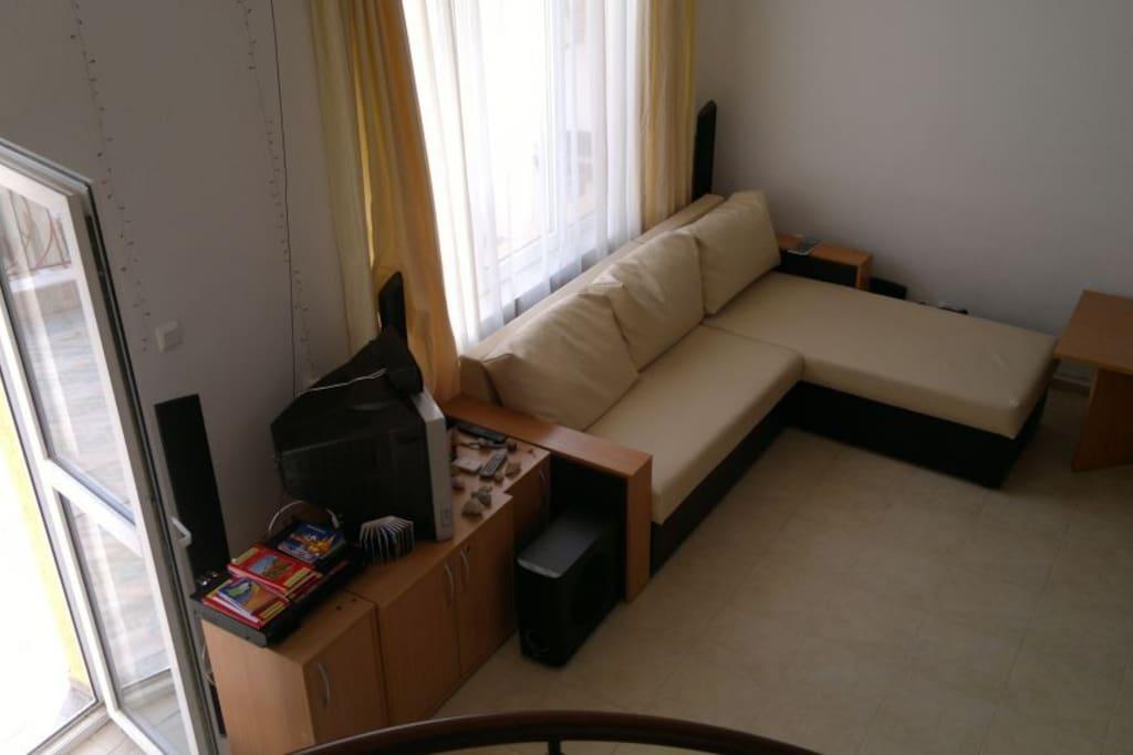 Первый этаж, холл, мягкий кожанный диван, муз.центр, телевизор, журнальный столик.