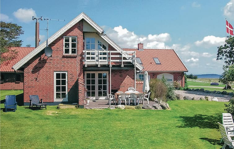 Holiday cottage with 5 bedrooms on 300m² in Vesløs