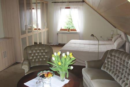 Gemütliches Zimmer vor den Toren Bremens. - Leeste - House