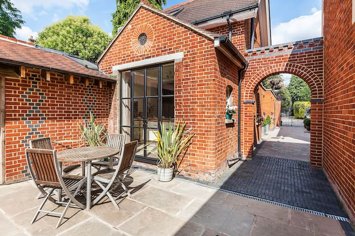 Beautiful 2 bedroom Cottage in London