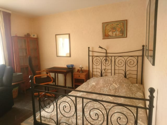 Zimmer mit W-LAN und 1.40 m Bett.