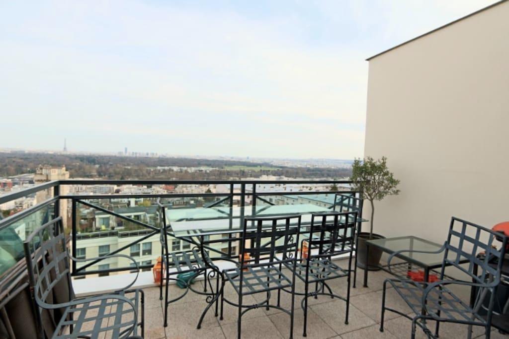 La terrasse avec sa vue sur Paris!