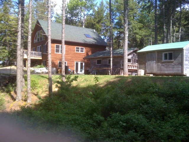 A remote log home on downeast lake - Northfield - Huis