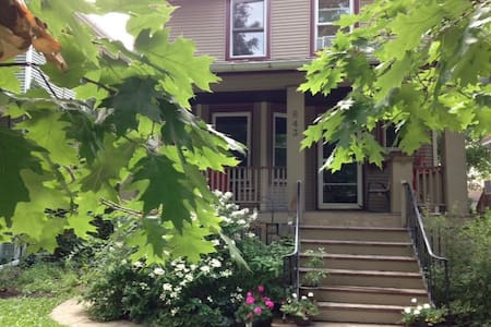 Lower level double bed for a couple or single - Oak Park - Hus