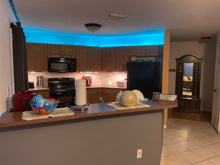 Private Condo room, 1 mile away from UF and Archer