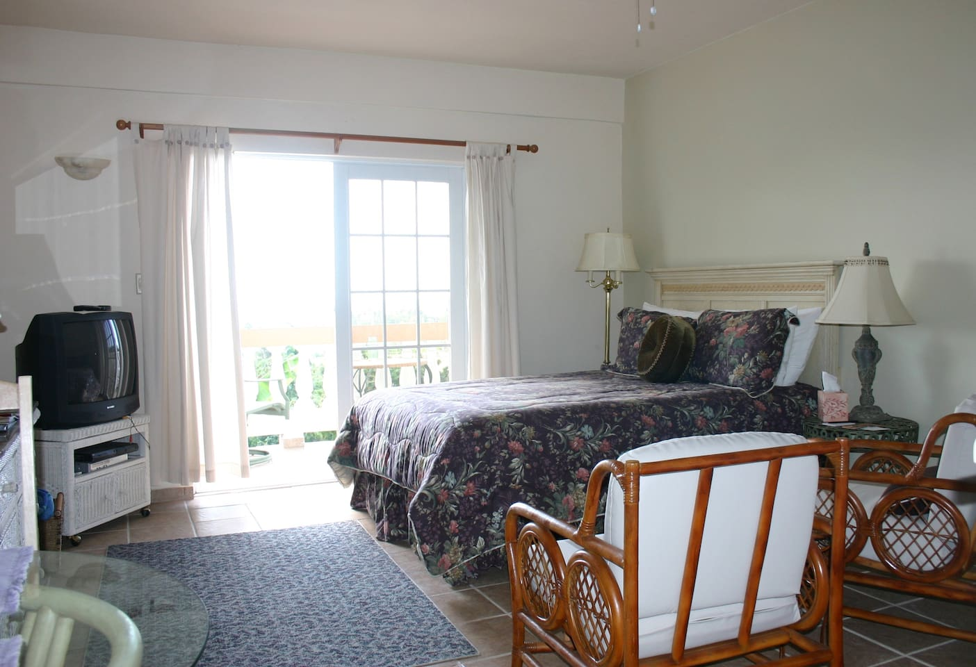 Studio room with queen bed and kitchen