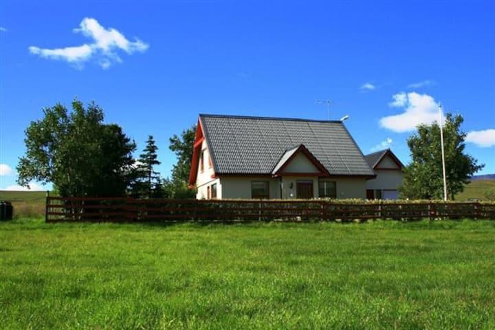 Stekkjardalur, single family house, garden