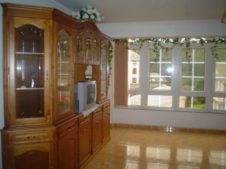 amplio salón con ventanales