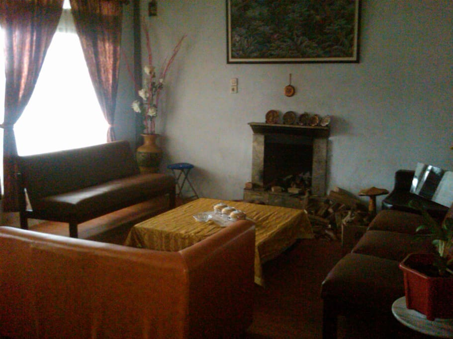 Ruang tamu sederhana dengan perapiannya