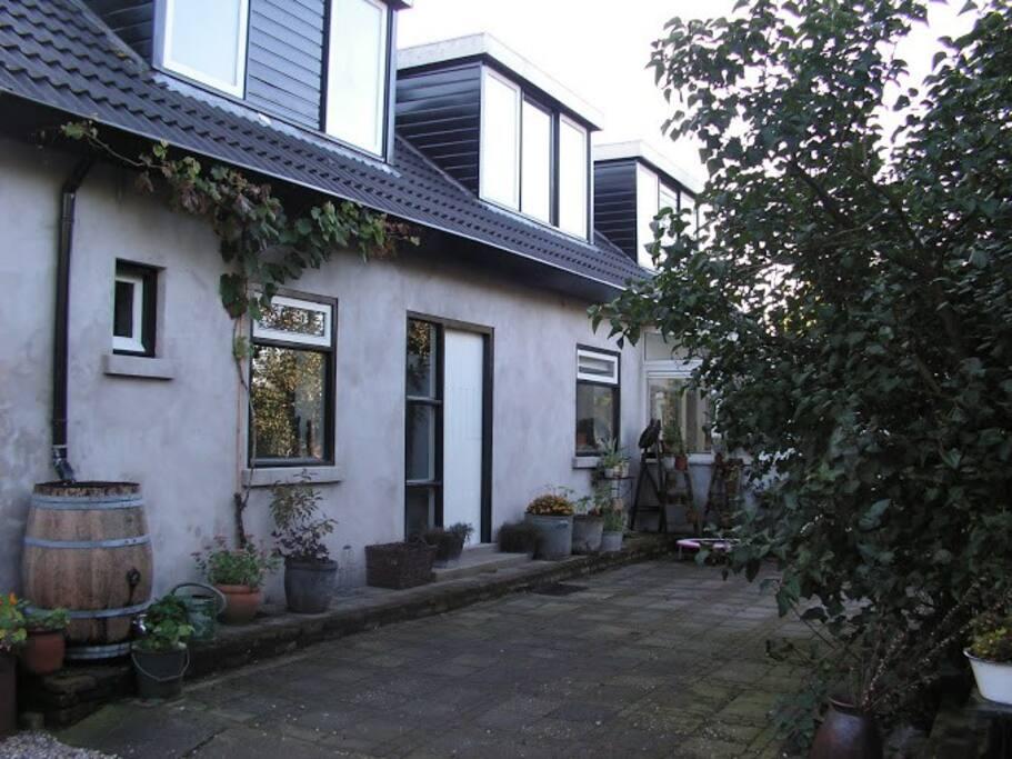 Zijkant van het huis met de 'voordeur'.