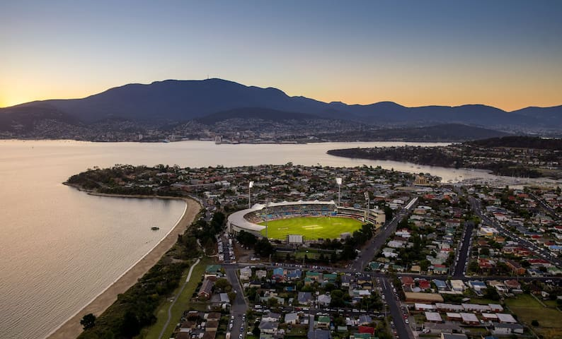 5 minute walk to Bellerive Beach & Blundstone Arena