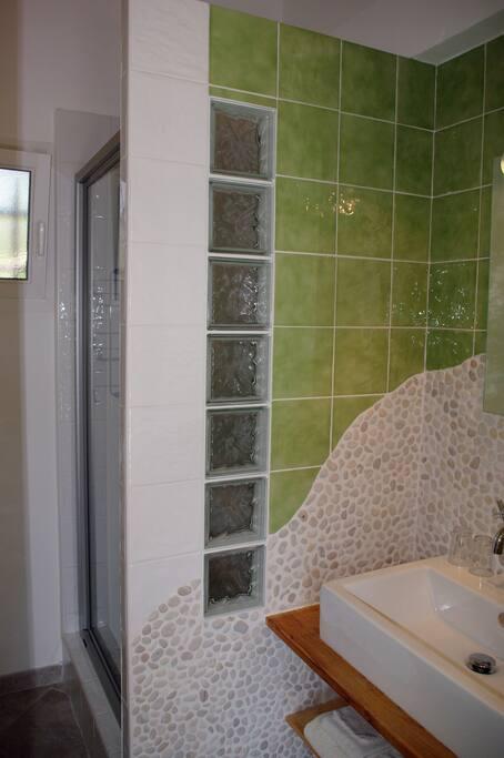Salle d'eau, et WC séparé