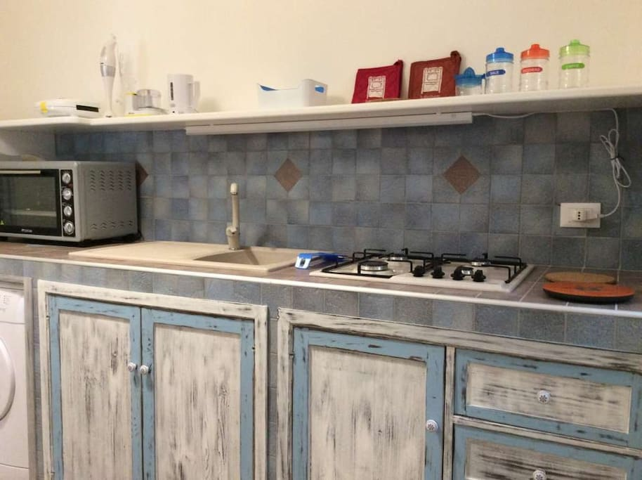 cucina completamente attrezzata e confortevole, lavatrice, frigo con freezer, forno, riscaldamento