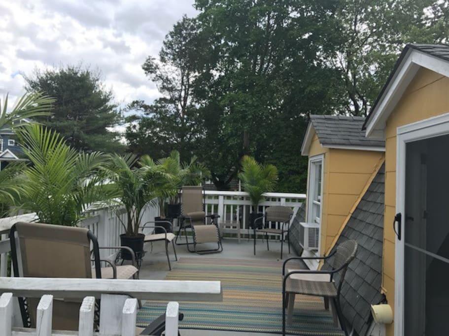 Upper deck for sunbathing or R&R