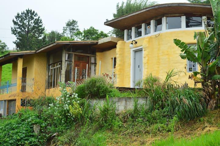 Casa de Superadobe na Ecovila Clareando. - Piracaia - Cabin