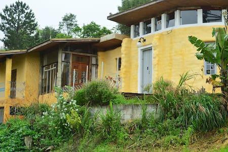 Casa de Superadobe na Ecovila Clareando. - Piracaia - Mökki