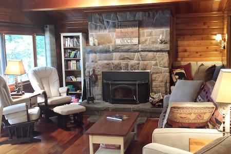 'Bear Country Cabin'  cozy luxury 3 bdrm Muskoka - ハンツビル