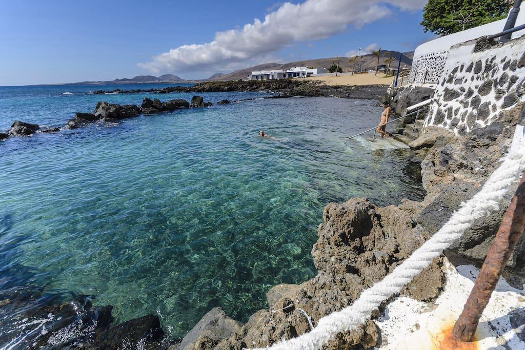 Aguas del océano Atlántico que renuevan cada día las Piscinas naturales de Punta Mujeres