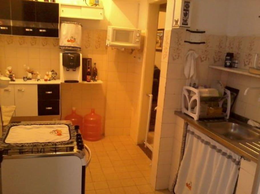 Cozinha com TV e acesso à lavanderia , e a dispensa.
