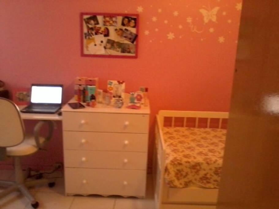 Quarto de  menina, com bi-cama , TV , ar condicionado e banheiro( suite)