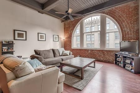 Downtown Loft Central To Everything