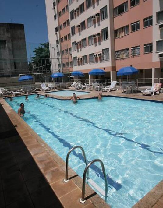 Área de lazer com piscina, quadras de esportes e churrasqueiras.