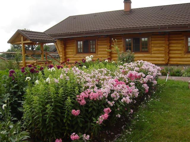 Бревенчатый дом с конюшней на озере