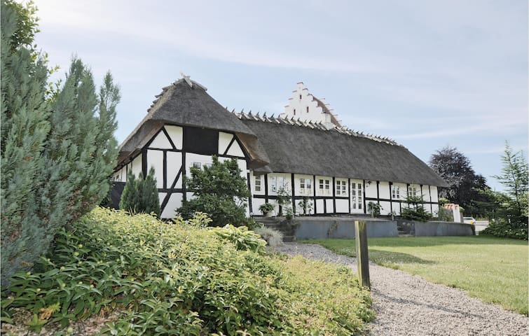 Former farm house with 2 bedrooms on 100m² in Broby
