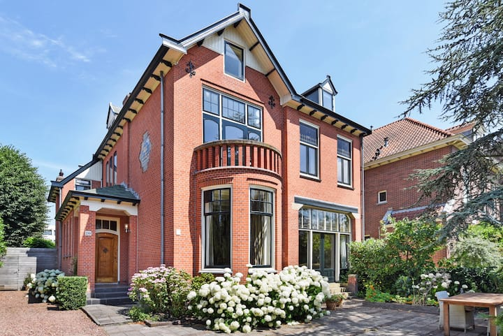 Gorgeous Large Home nearby the Beach and City Centre