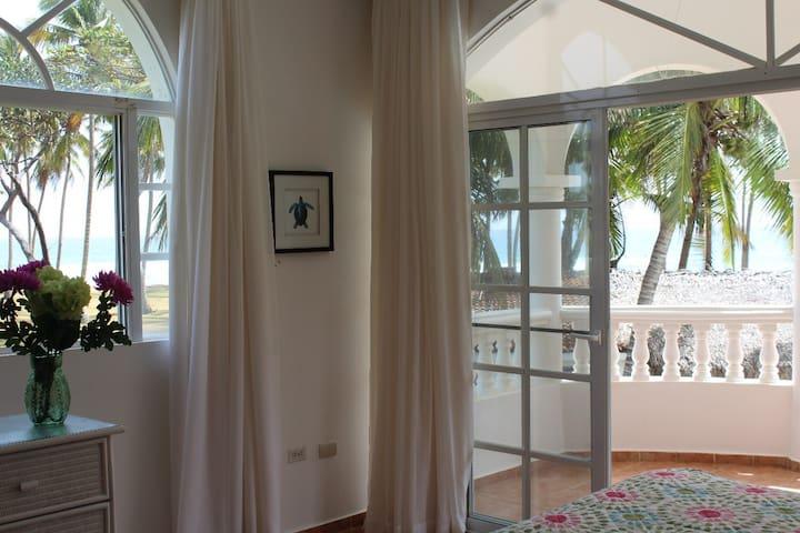 Beautiful 2 Bed/2 Bath Condo Overlooking the Ocean