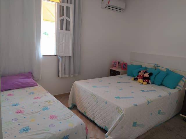 Suite 3:  1 cama de casal, 1 cama solteiro, ar condicionado, espelho