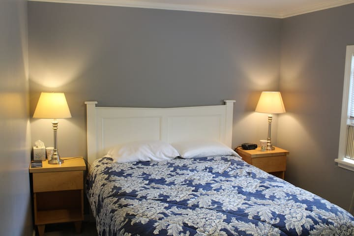 Country Inn - Room with Queen Bed for 2