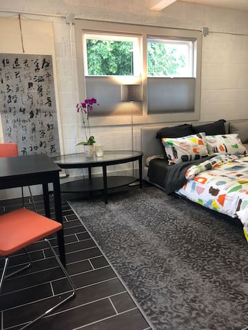 Brand new, super bright and cozy studio in Highlands, right around the corner from Food, coffee, galleries, yoga and more. Don't need to get in the car all weekend!
