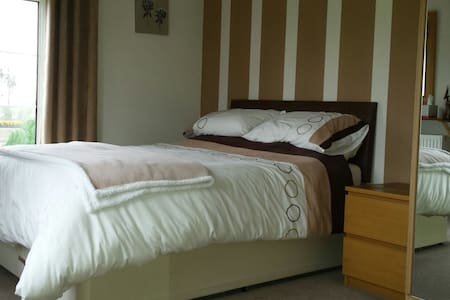 Double bedroom in house in country - weston super mare