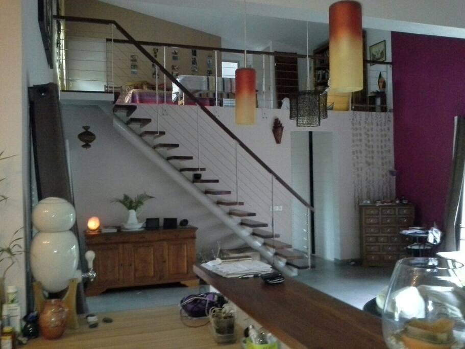 Pièce principale et escalier vers étage