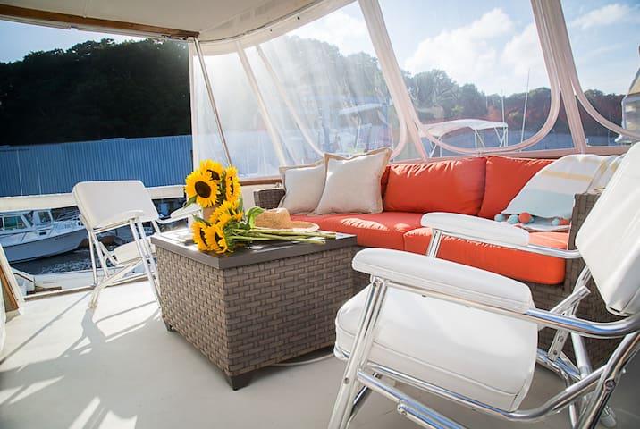 Retro Yacht - NoFo Winetasting