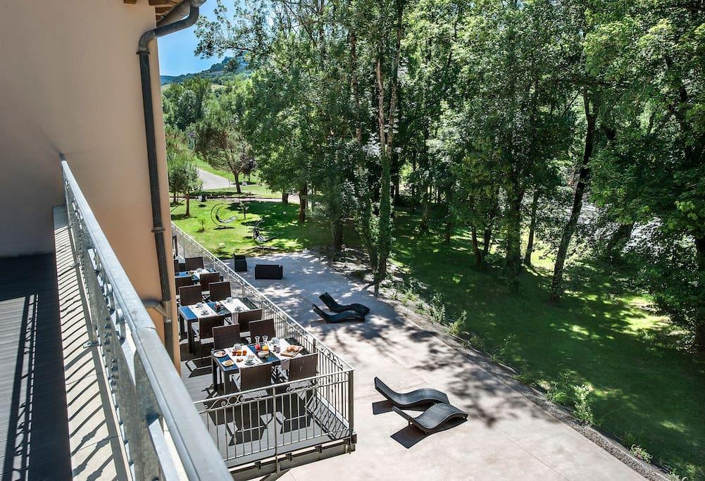 La vue sur le parc de l'hôtel Les 2 Rives