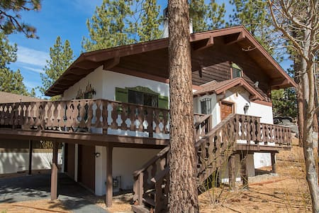 Getaway Chalet w hot tub. Near casinos and skiing