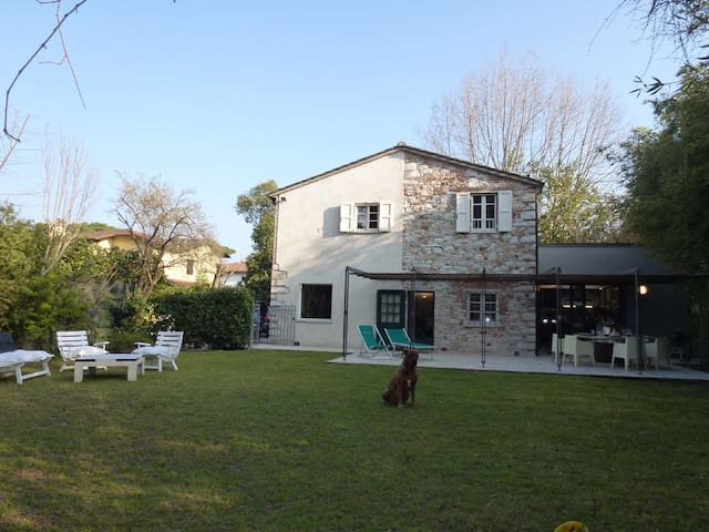 Charming  villa with quite   garden and patio - Forte dei Marmi - Huis