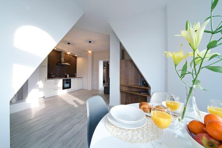 Stół jadalniany i widok na salon i kuchnię