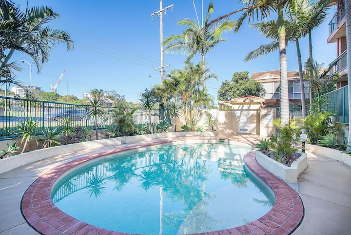 Holiday living in sunny Coolangatta-with a/c