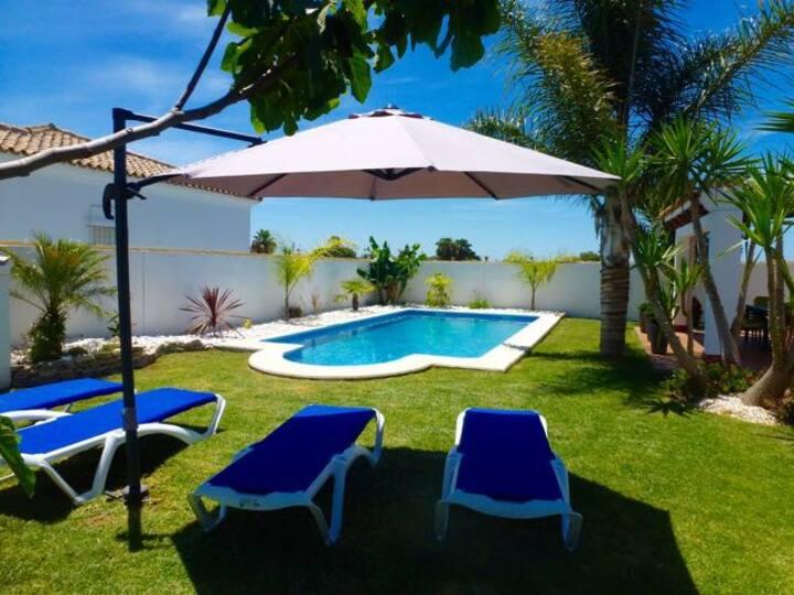 Villa récemment rénovée avec piscine ensoleillée