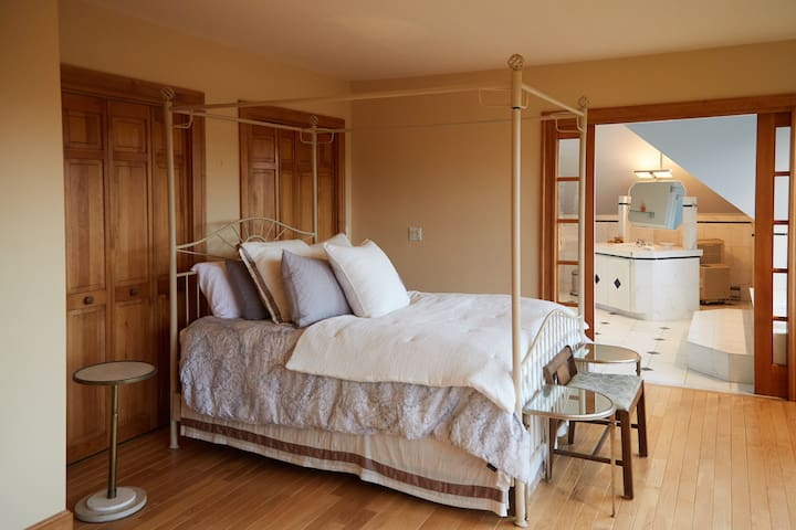 Master Suite with Queen Bed, Bath