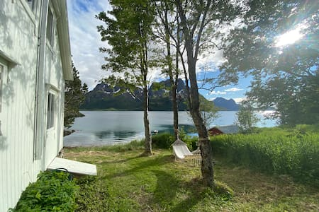 Lite hus ved fjorden