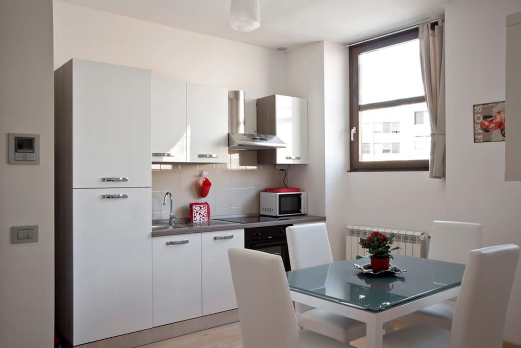 sala da pranzo e angolo cottura / dining room and kitchen area