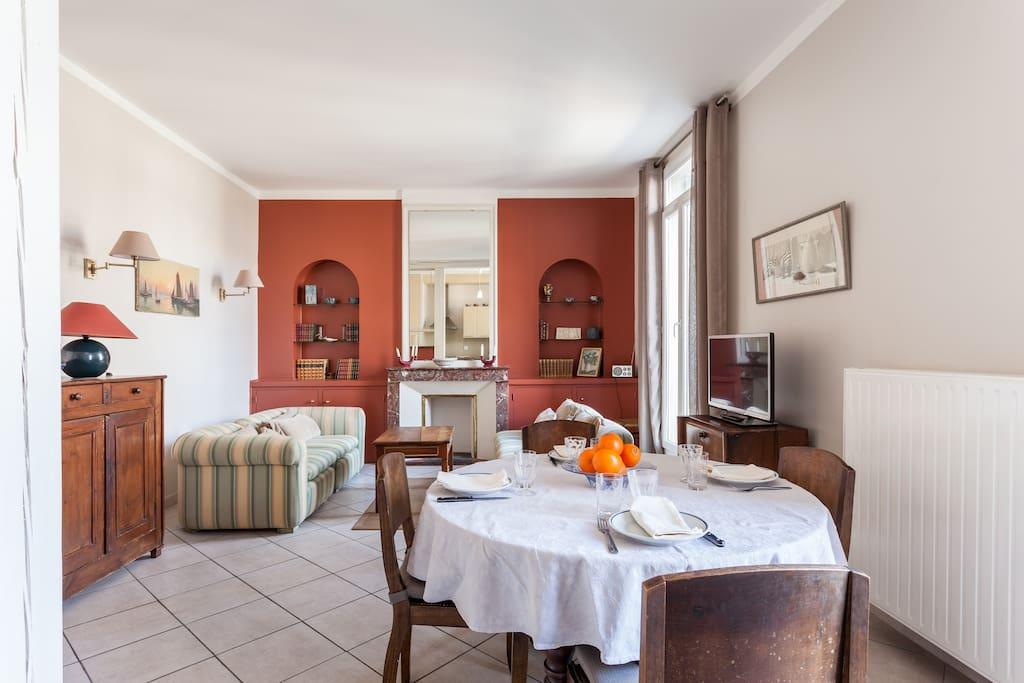 Un même espace salle à manger et salon pour cette belle pièce très aérée.
