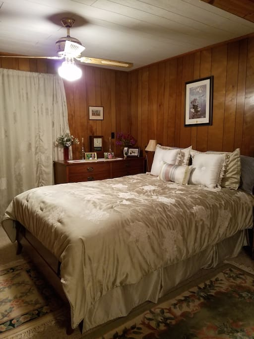 Bedroom - Queen size bed