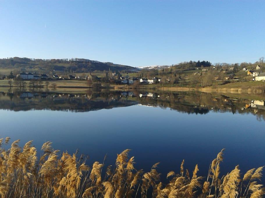 Lac de Menet au pied d'un des volcans d'Auvergne