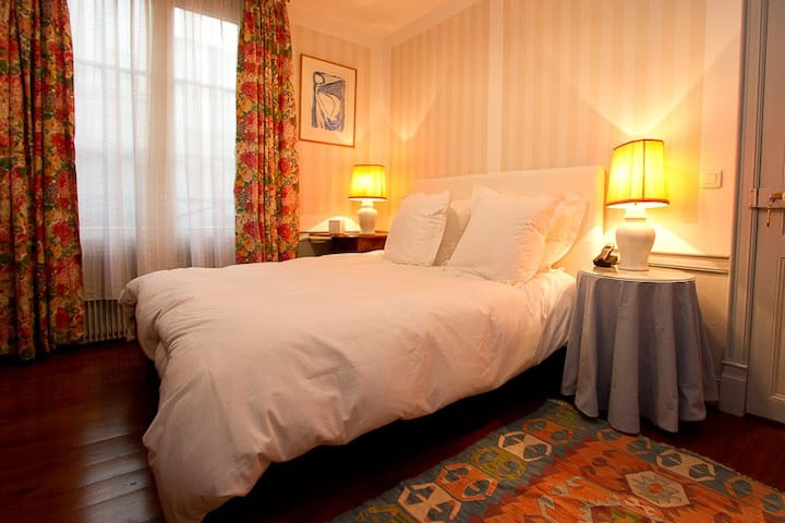 Super bedroom! All new and fresh bedding 1000 thread count luxury cotton for your comfort, but on the courtyard so , soft soft and quiet.... the minute you step out, the galleries and toursist are bustling!